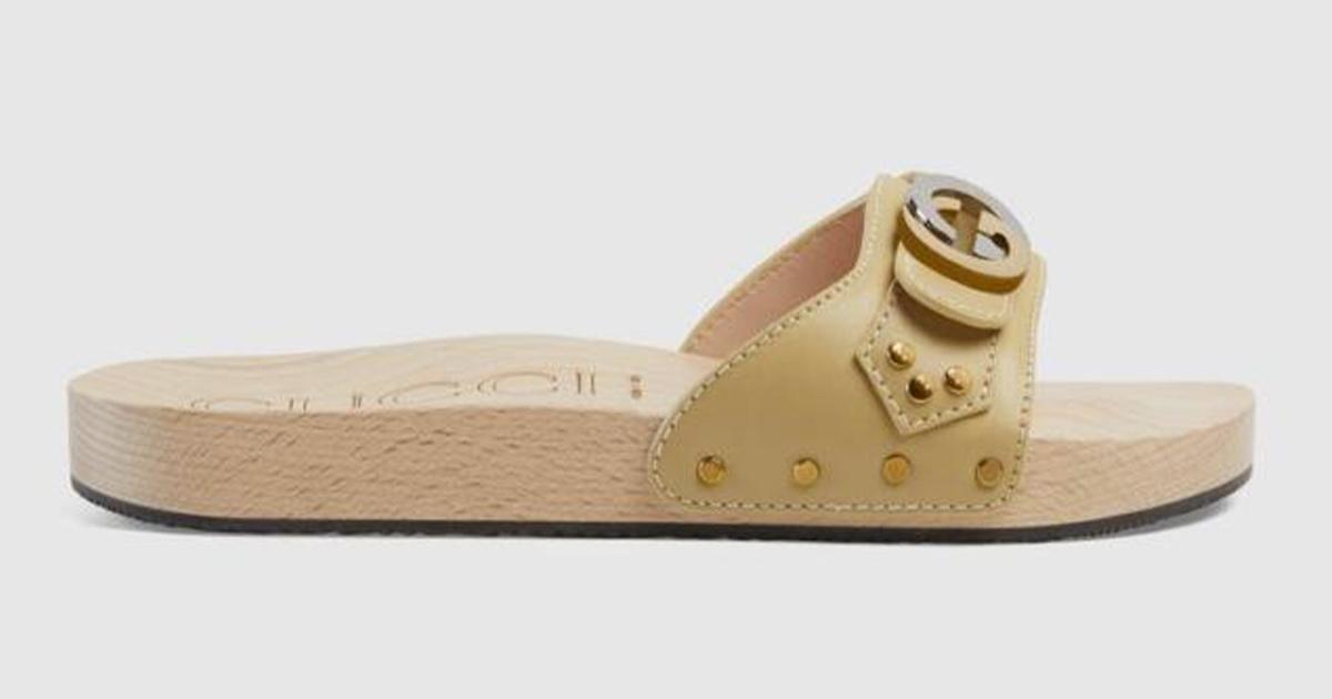 Zoccolo di legno in spiaggia, la versione alla moda costa 500 euro