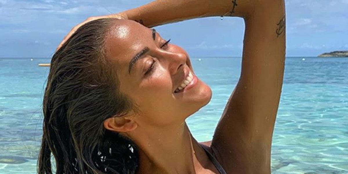 Giorgia Palmas con un bikini da sogno sulle spiagge della Sardegna