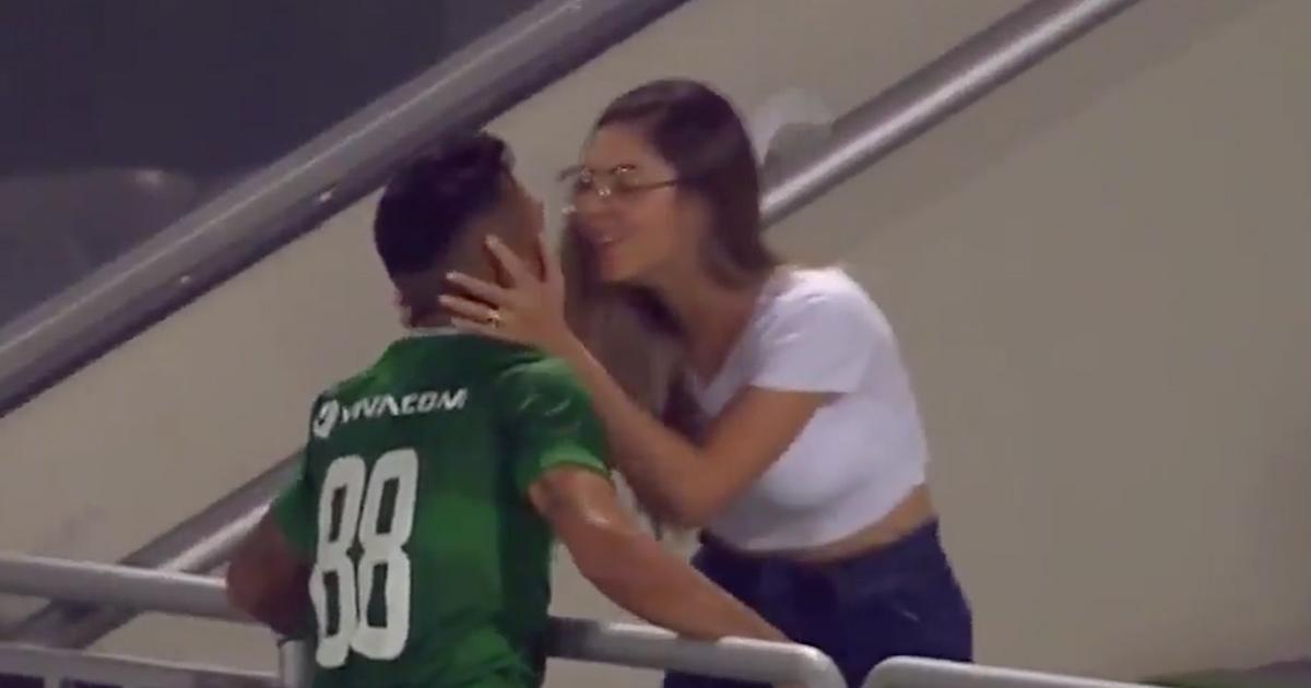 Fa gol, bacia la ragazza e l'arbitro gli annulla il gol