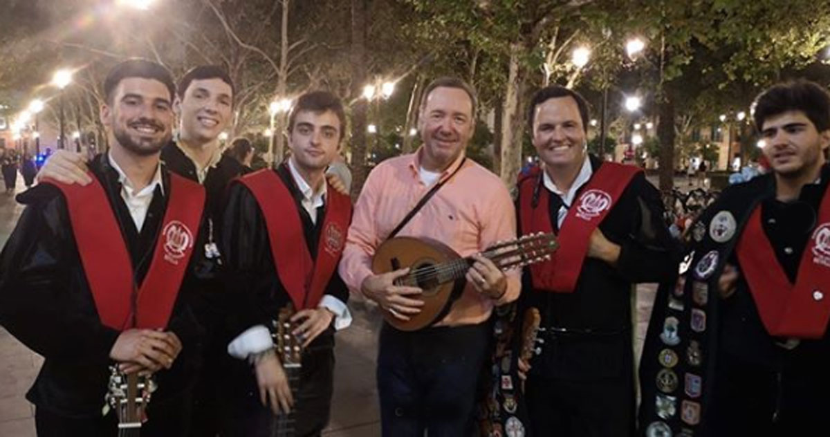 Kevin Spacey canta 'La Bamba' in strada a Siviglia: il video