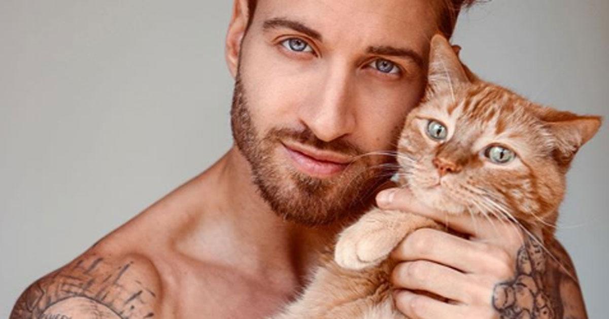 Travis DesLaurier: le foto del modello con il suo gatto fanno impazzire Instagram