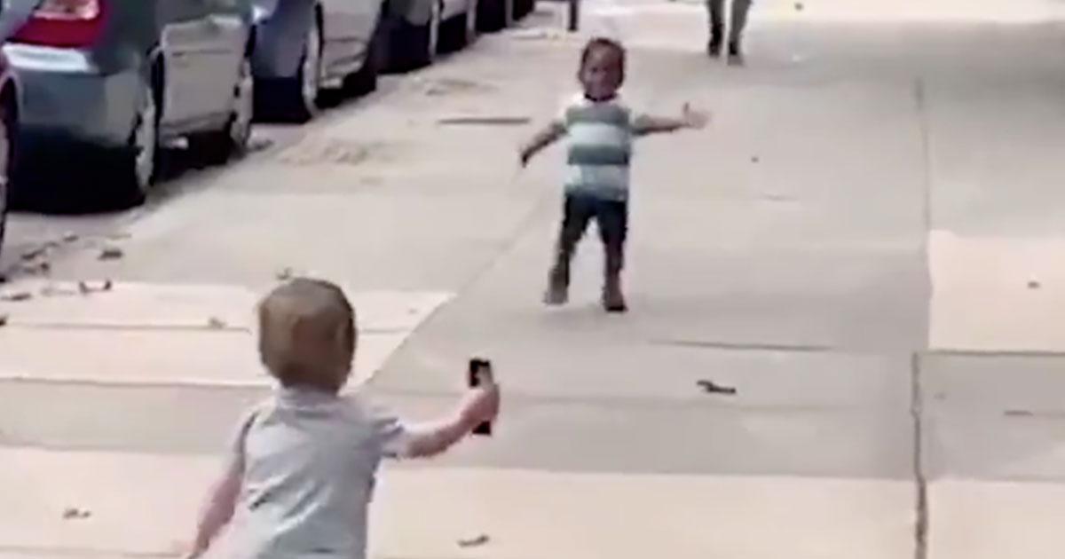 Il tenero abbraccio di due bambini diventa virale sui social: il video