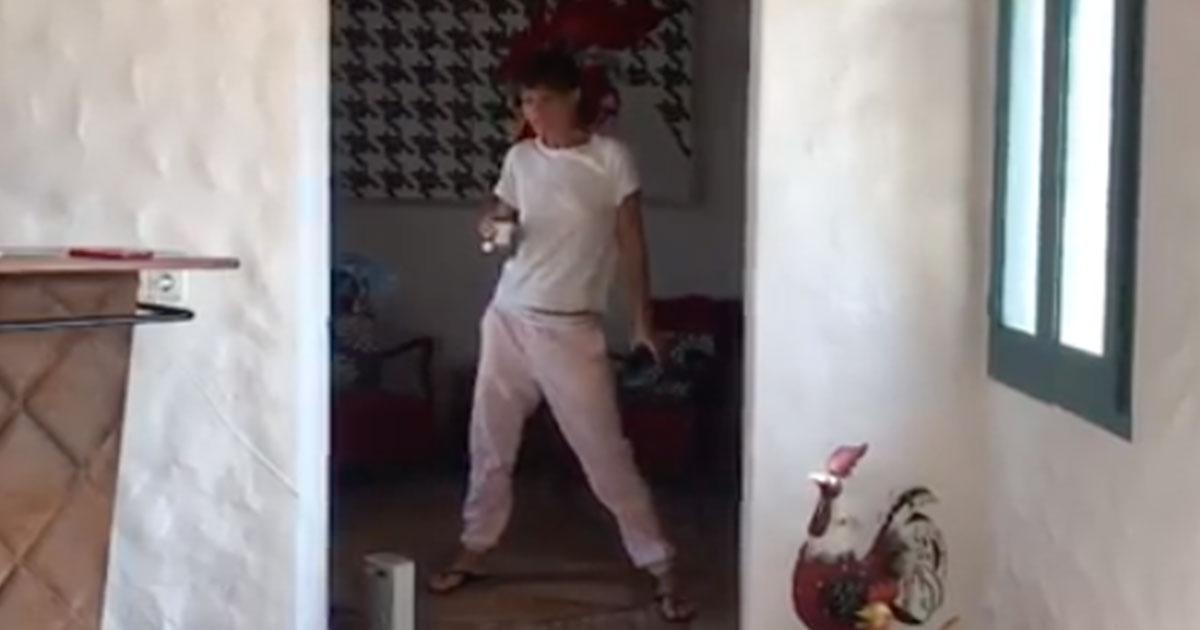 Alessandra Amoroso: il ballo sensuale in pigiama e tazzina scatena i fan