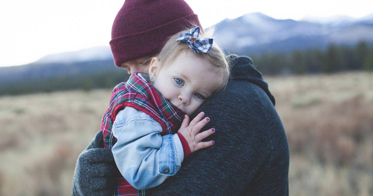 Coccolare i bambini da piccoli li renderà meno ansiosi da grandi, lo dice la scienza