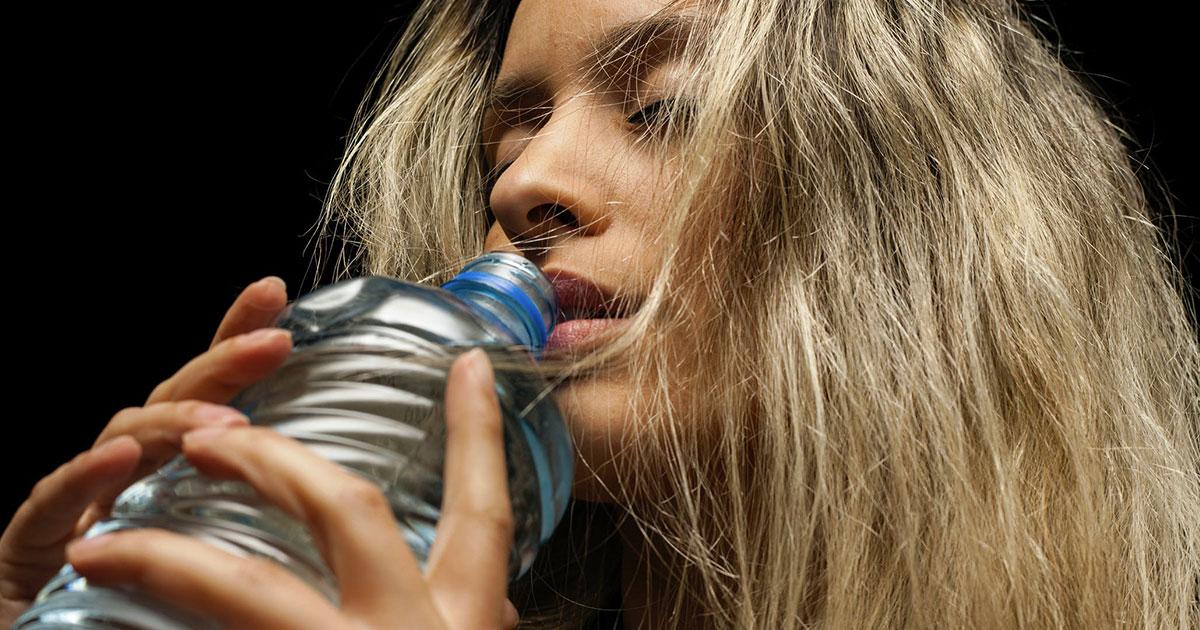 La scienza spiega perché abbiamo bisogno di bere acqua durante la notte
