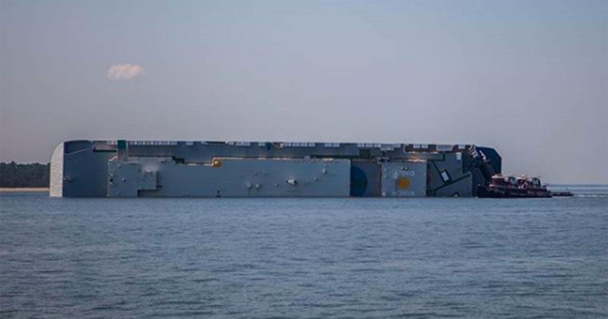 Cargo capovolto in mare: guardia costiera salva l'equipaggio barricato nella sala macchine