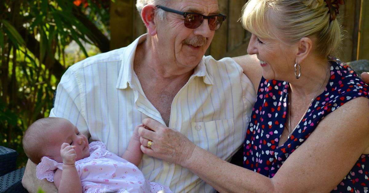 I nonni che si occupano dei loro nipotini vivono più a lungo: lo dice la scienza