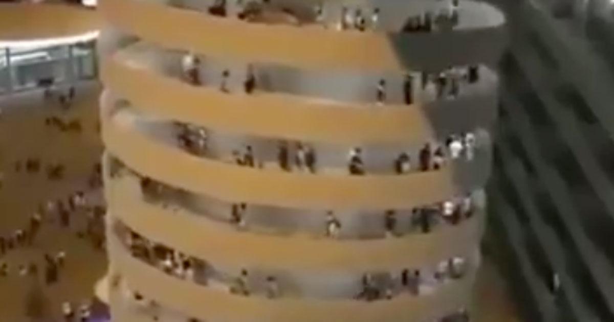 Le scale di San Siro sembrano girare: l'effetto ottico diventa virale