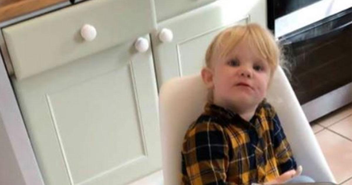 Bimba di 3 anni, lasciata sola per 10 minuti, mangia 18 yogurt: il post è virale