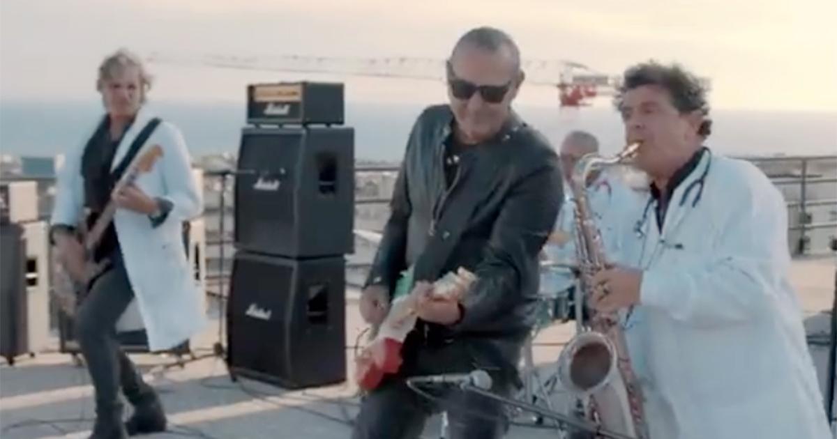 Luca Carboni suona 'Ci vuole un fisico bestiale' con band di medici