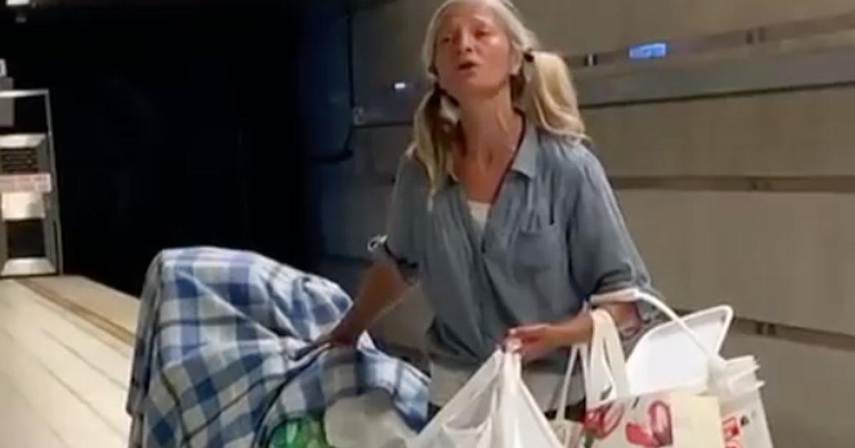 La senzatetto canta l'aria di Puccini in metropolitana: il video vi emozionerà
