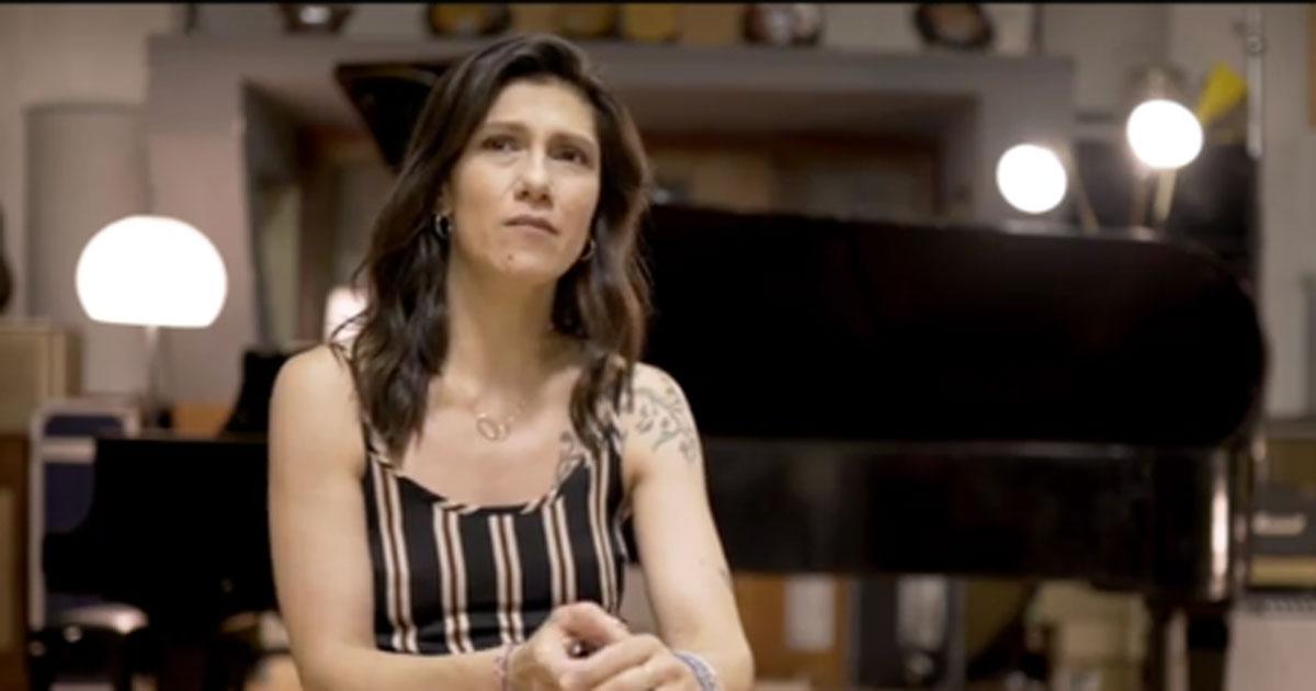 """Elisa canta """"Auschwitz' di Francesco Guccini: è da brividi"""