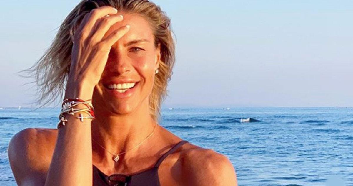 Martina Colombari ha un fisico perfetto: la foto al mare è irresistibile