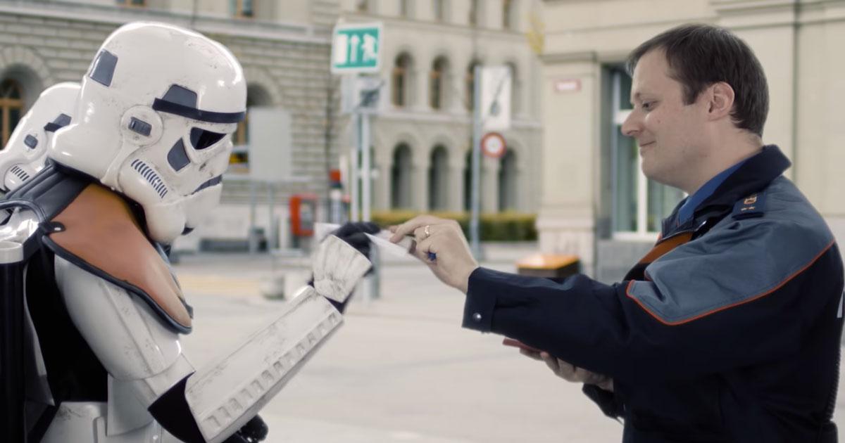 La navicella è in divieto di sosta: il video di Natale della Polizia di Berna cita Star Wars