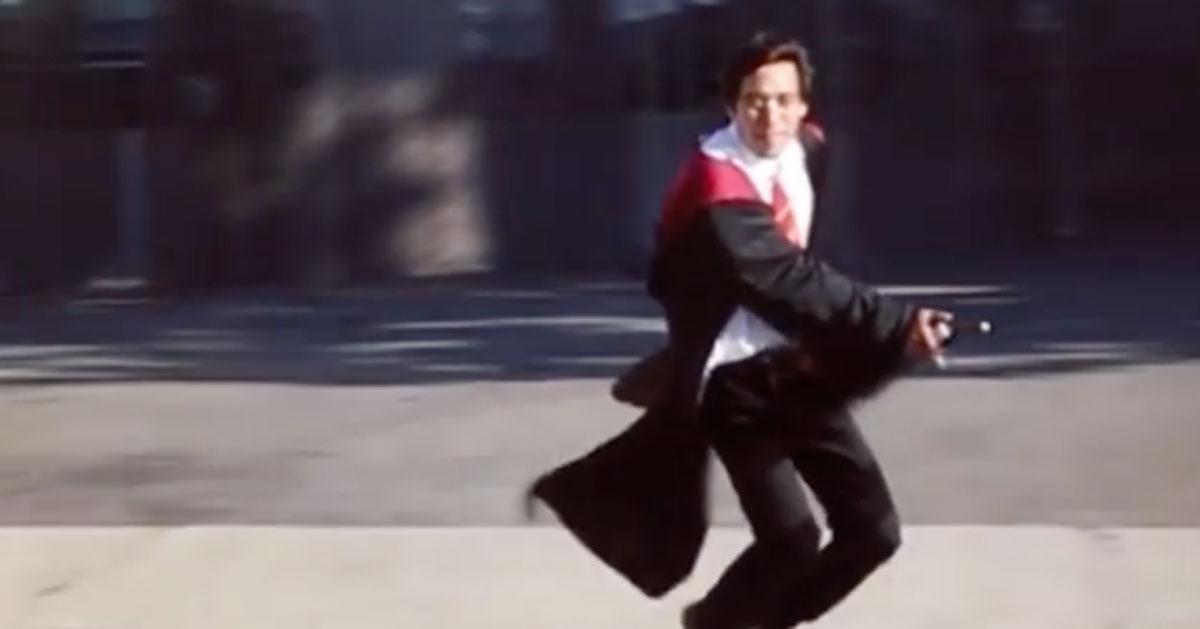 Vola su una scopa vestito da Harry Potter: ecco come ci riesce