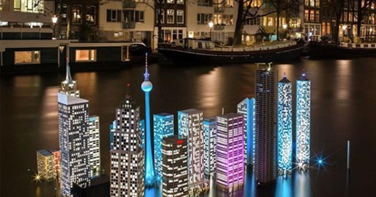 La magia delle luci di Natale nei canali di Amsterdam