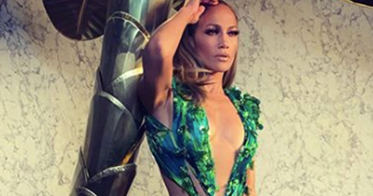 Jennifer Lopez canta 'Santa Claus Is Coming To Town' con l'iconico Jungle Dress