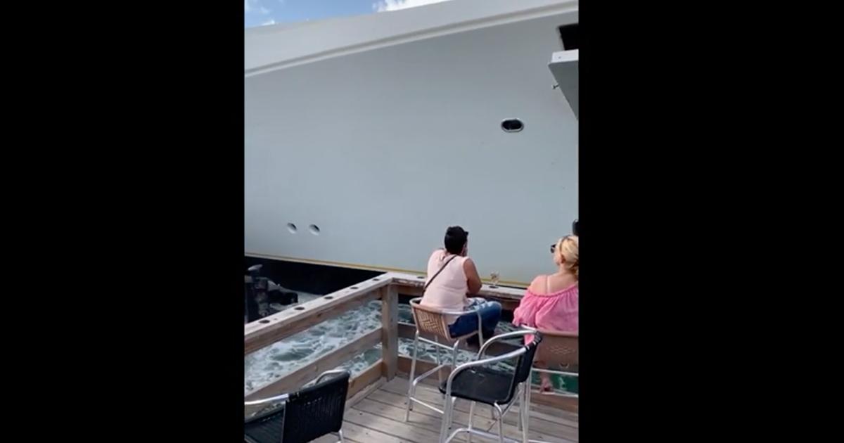 Sbaglia la manovra e il megayacht prende in pieno una barca