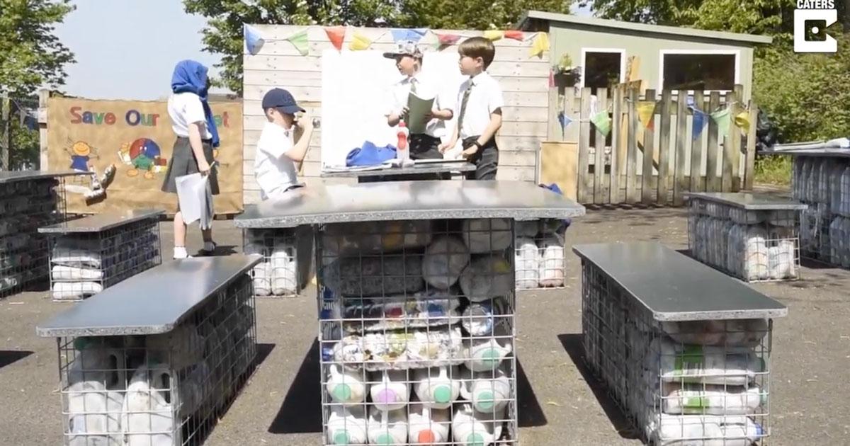 Questi bambini hanno costruito un'aula all'aperto riciclando 3.000 bottiglie di plastica