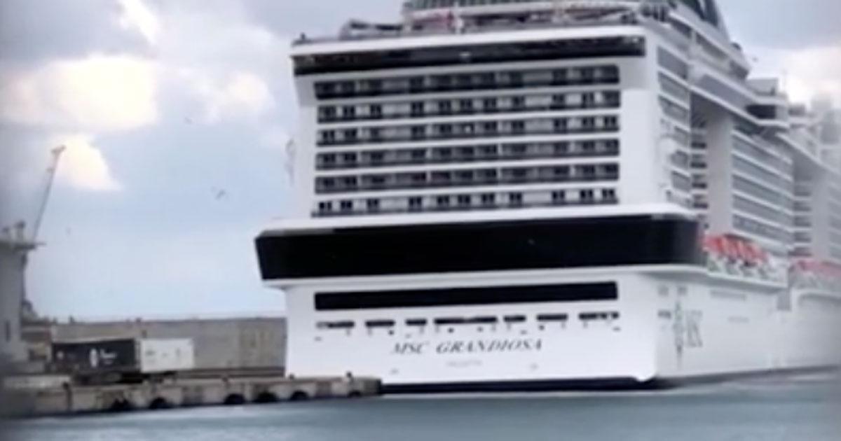 L'enorme nave da crociera urta il molo di Palermo: il video