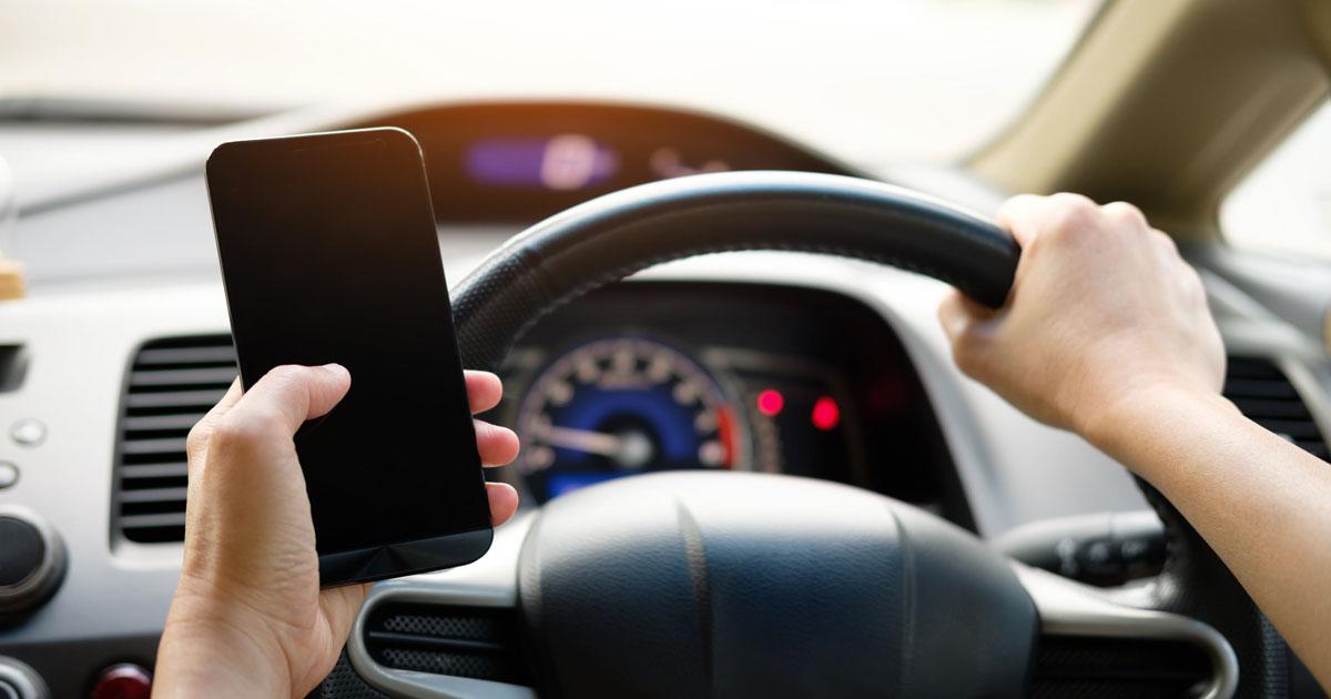 Sanzioni sempre più care per chi usa il telefono mentre guida: multe fino a 1700 euro
