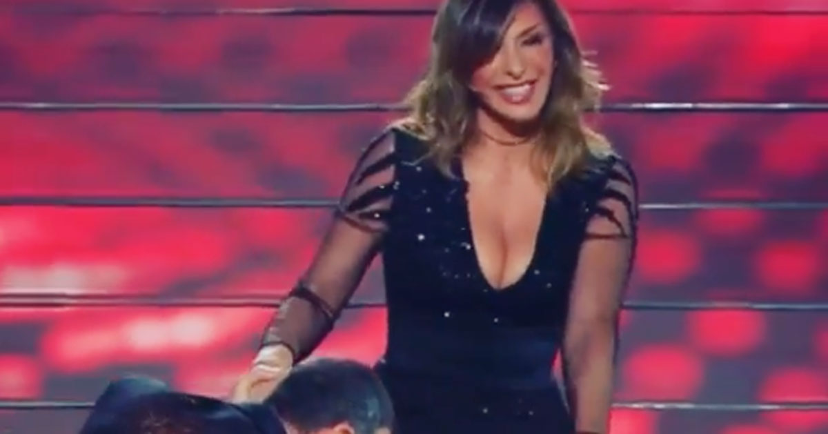 Sabrina Salerno rimane bloccata sulla scala dell'Ariston, il post ironico su Instagram