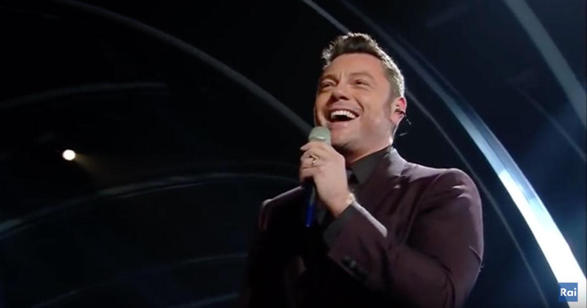 """Sanremo 2020: Tiziano Ferro si commuove cantando """"Almeno tu nell'universo"""" di Mia Martini"""