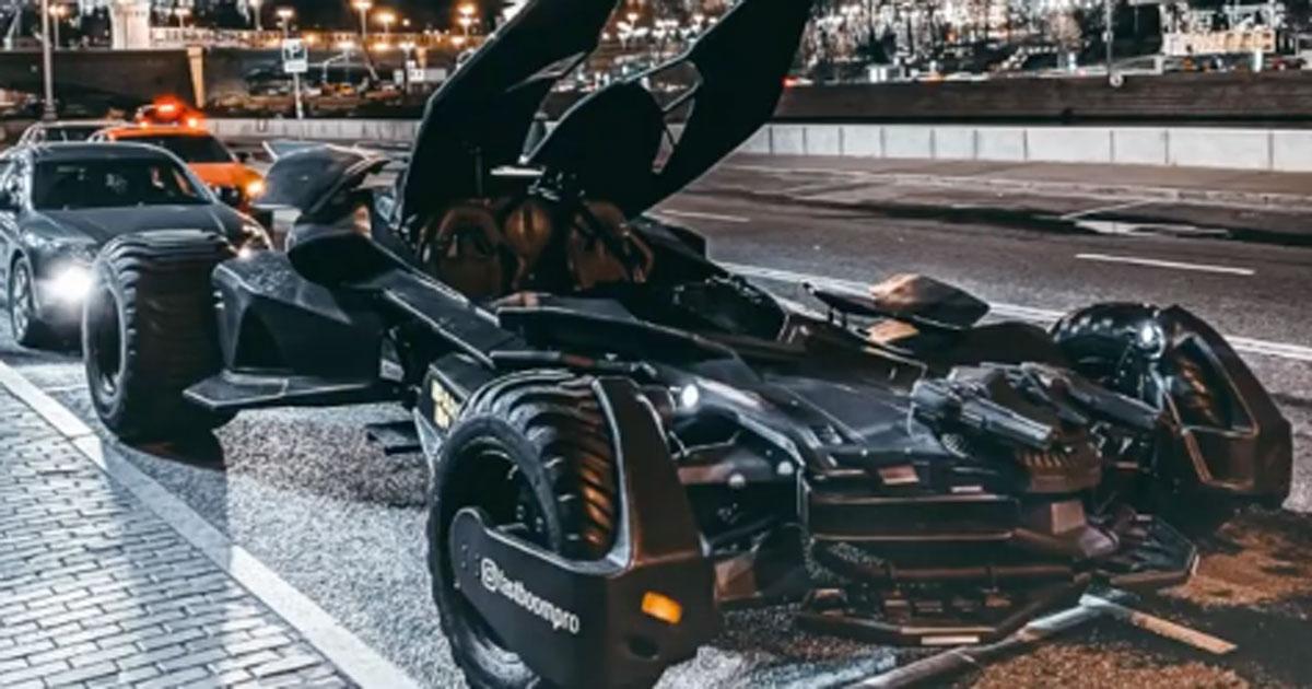 Circolava a Mosca con una Batmobile lunga 6 metri: il video