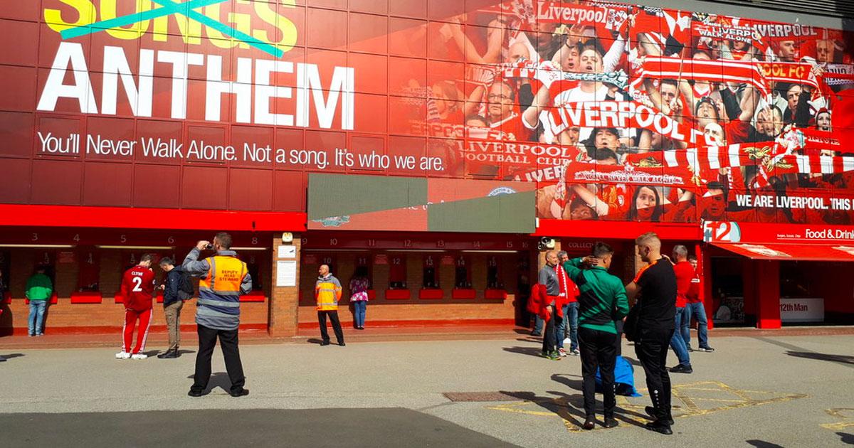 Gli steward del Liverpool aiuteranno le persone anziane fuori dai supermercati