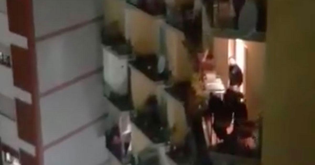 A Napoli ci si affaccia dai balconi per cantare tutti insieme: un video emozionante