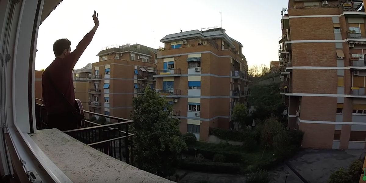 """Suona 'We Will Rock You"""" dei Queen dal proprio balcone: tutti lo applaudono"""