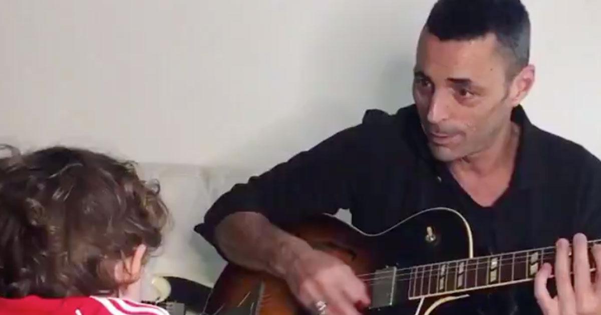 Alex Britti e il figlio di due anni e mezzo in 'Baby Shark Dance': il video è tenerissimo