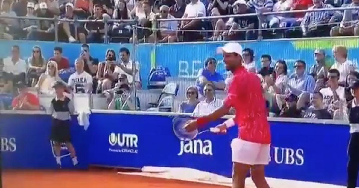 Il campione Novak Djokovic perde il punto contro un ragazzo di 11 anni: il video