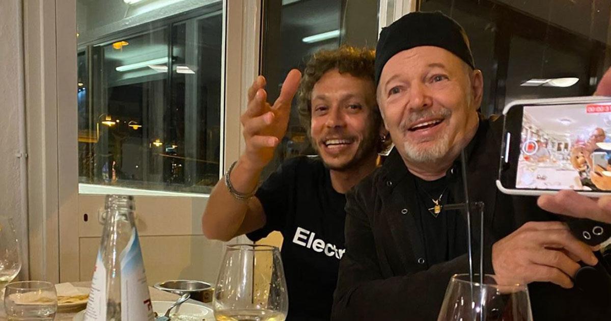 Vasco e Valentino Rossi si incontrano a cena dopo il lockdown: ecco le foto