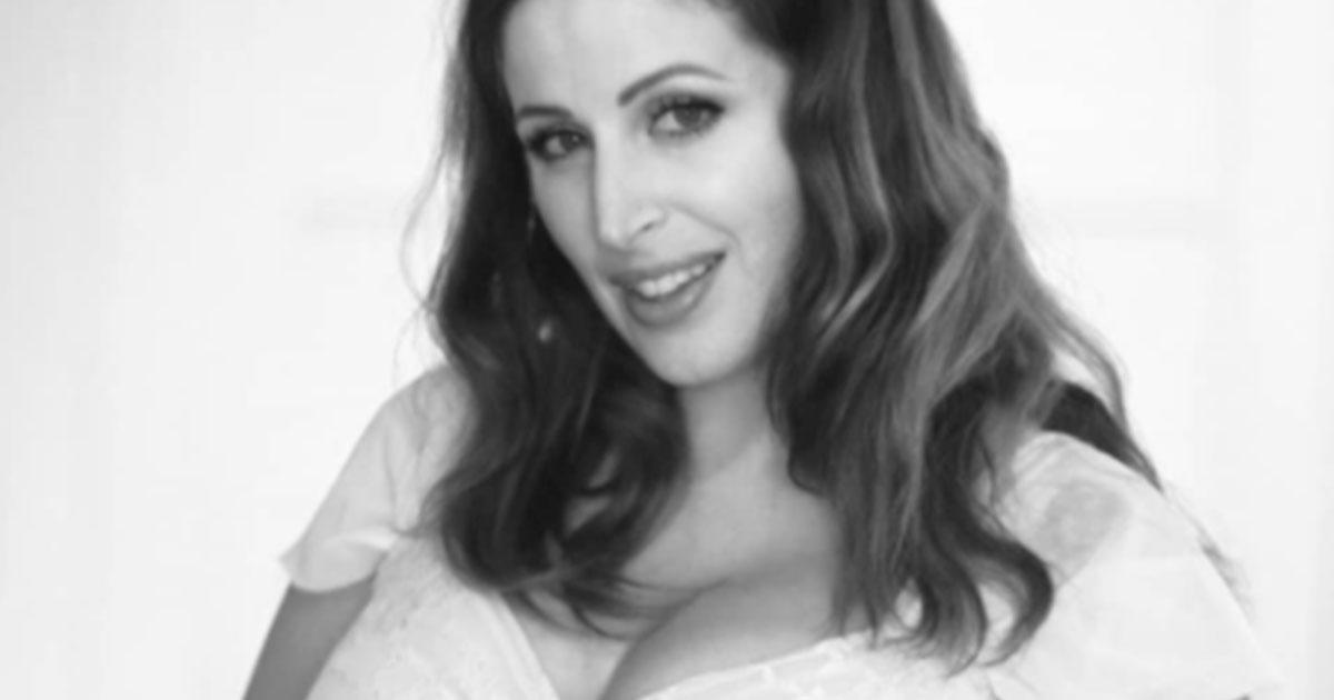 Clio Make Up: la sua foto col pancione (e smagliature) è bellissima
