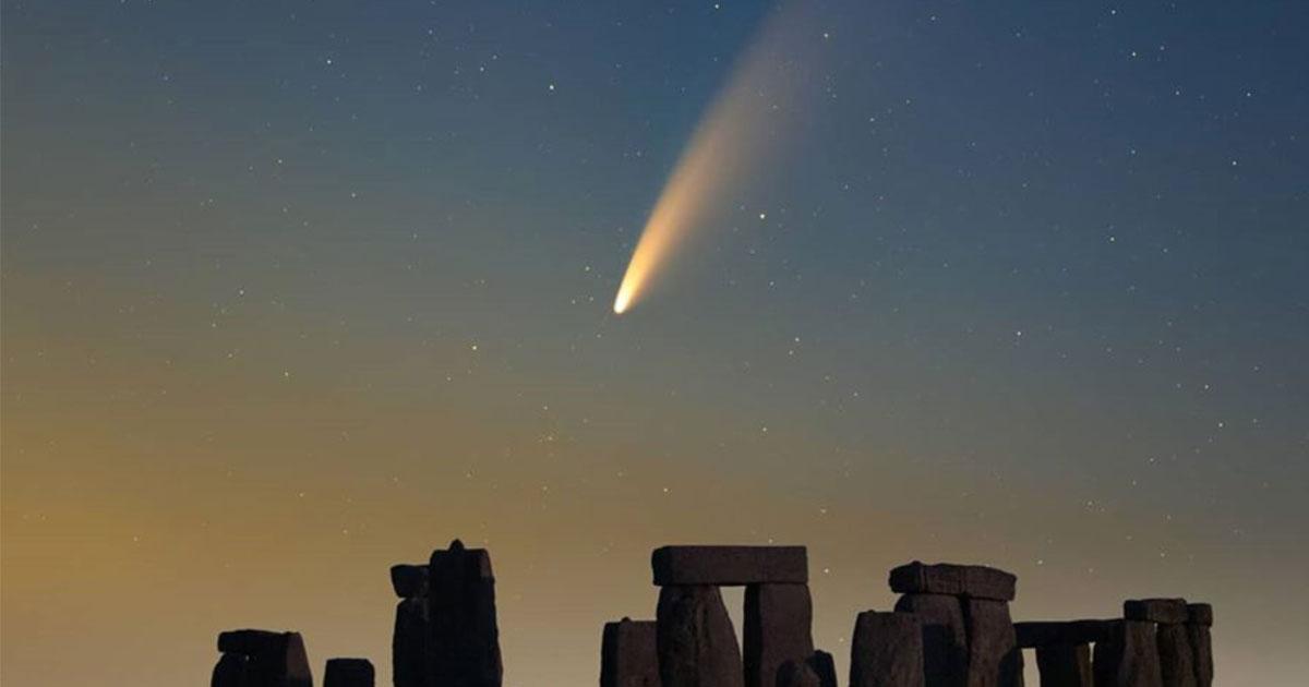 La cometa Neowise fotografata su Stonehenge