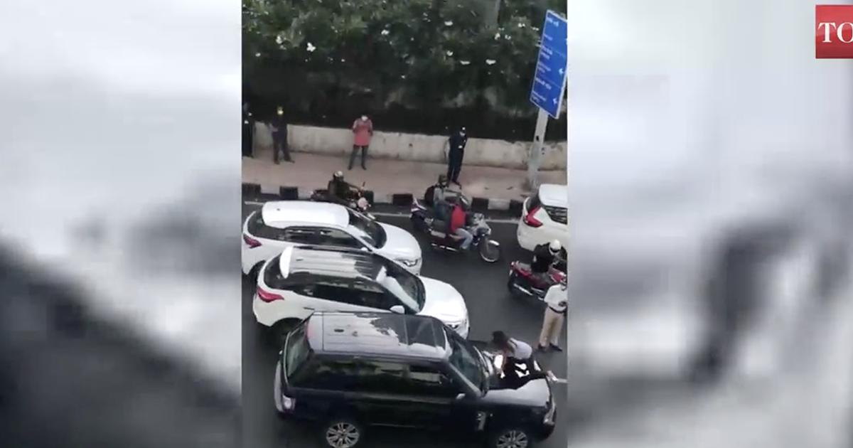 La moglie trova il marito in macchina con l'amante e manda in tilt il traffico