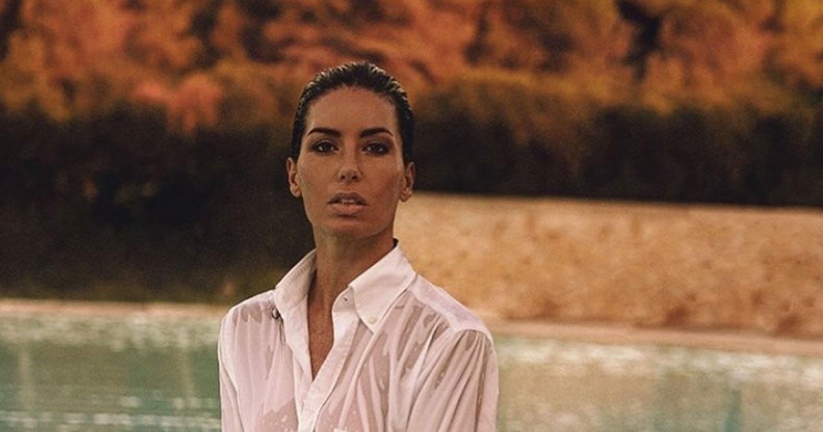 Camicia bagnata e sguardo seducente, la foto di Elisabetta Gregoraci è incredibile