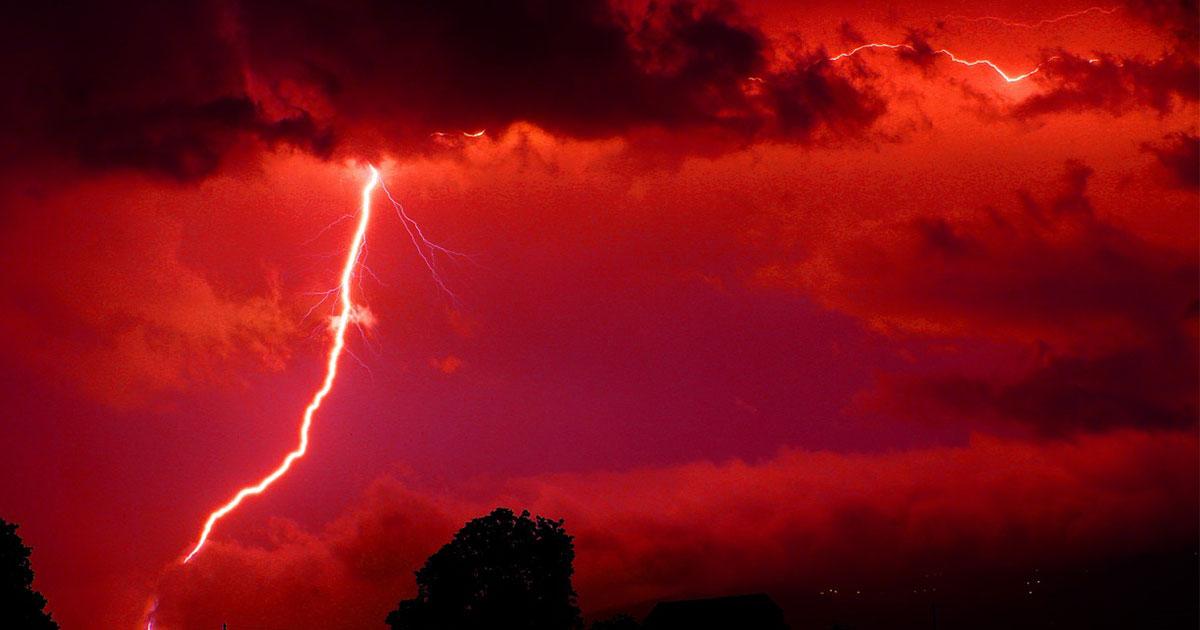 Un fulmine rosso a forma di medusa è apparso sui cieli del Texas: la foto