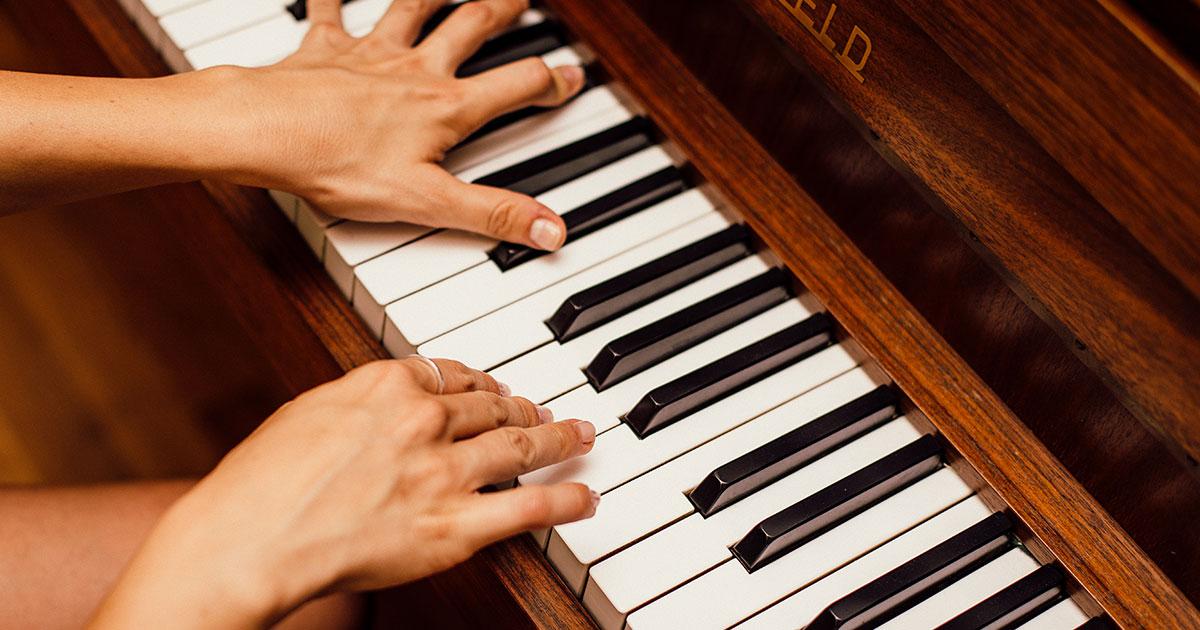 La pianista suona un brano a otto mani, da sola: il video stupisce il web