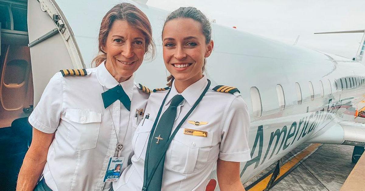 Per la prima volta nella storia madre e figlia pilotano un volo di linea insieme