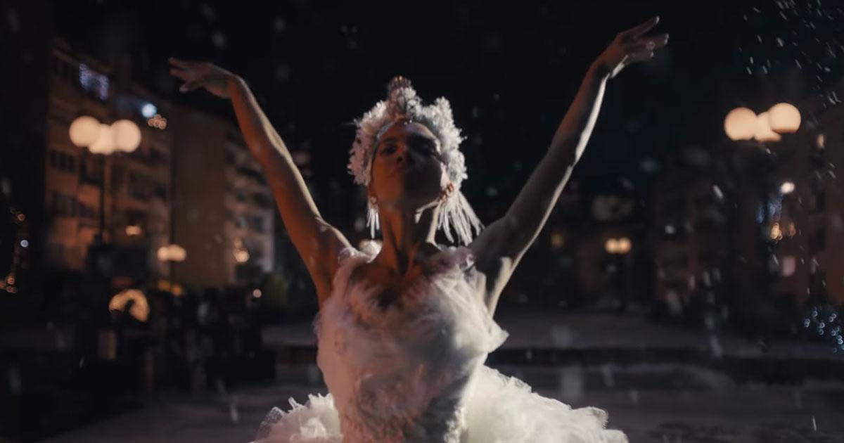 """""""The show must go on"""": lo spot di Natale di Amazon ispirato alla canzone dei Queen è emozionante"""
