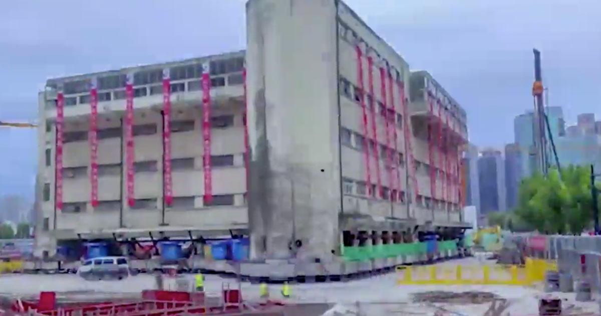 La scuola di Shanghai si sposta grazie a 200 gambe robotiche: il video è incedibile