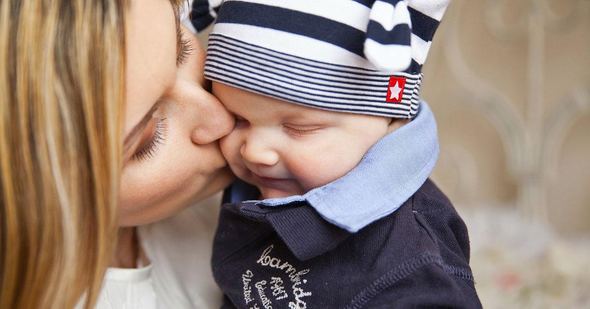 Il bacio della mamma riduce il mal di testa del bambino, lo dicono questi studi