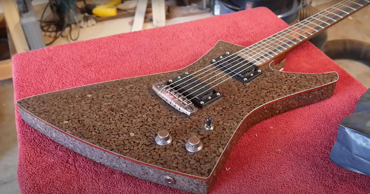 Questa bellissima chitarra è fatta di chicchi di caffè
