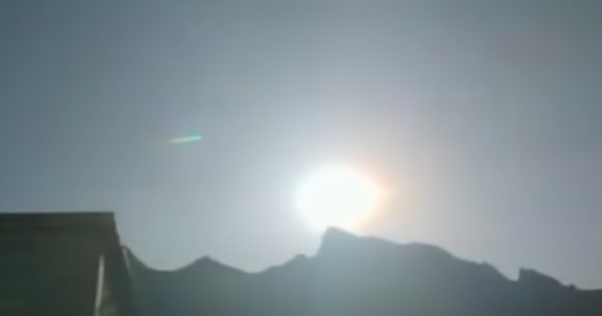 Una palla di fuoco esplode nei cieli della Cina