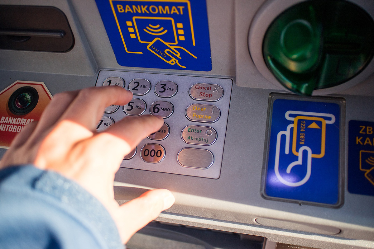 Attacco hacker al bancomat che sputa soldi. Il cittadino onesto chiama la polizia