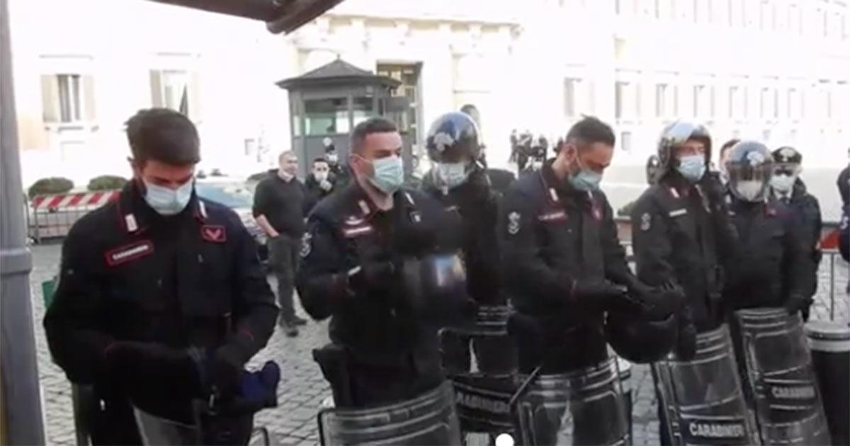 Il lungo applauso ai carabinieri fatto dai ristoratori in protesta contro il governo