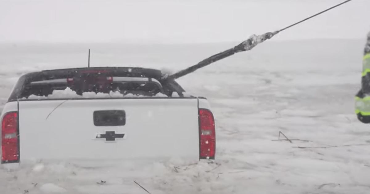 Usa, un camioncino finisce nelle acque ghiacciate: il coraggioso salvataggio dei vigili del fuoco