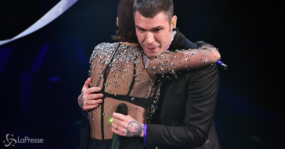 Fedez: ecco a cosa servono i braccialetti che indossa sul palco di Sanremo
